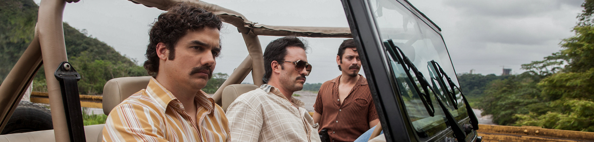 """WAGNER MOURA, JUAN PABLO RABA and JORGE A. JIMENEZ star in NARCOS.  NARCOS S01E01 """"Descenso"""""""